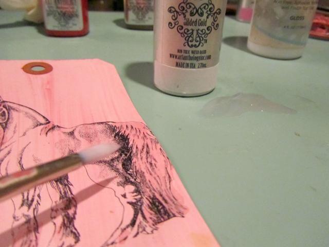 Pisé un unicornio de Viva Las VegaStamps con tinta de archivo y luego roció el arte Antología coloraciones-dorado del oro en mi alfombra de artesanía para que pudiera pintar todo el pelo en el unicornio de CHISPA.