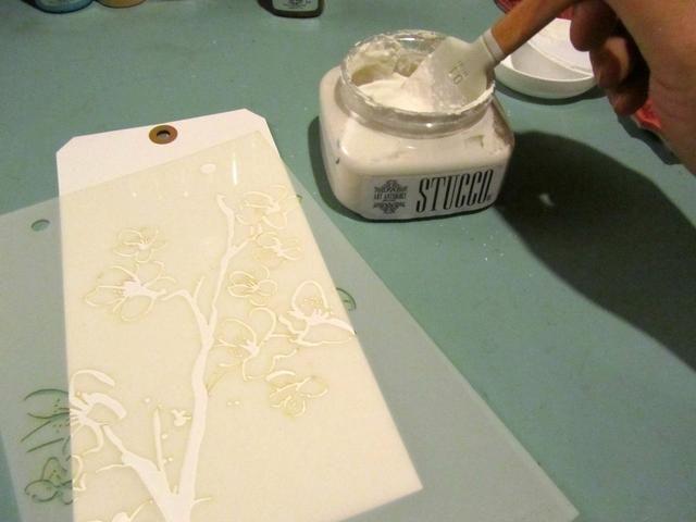 A partir de la gran etiqueta añadí textura con la plantilla Arte Antología Blossom y estuco.