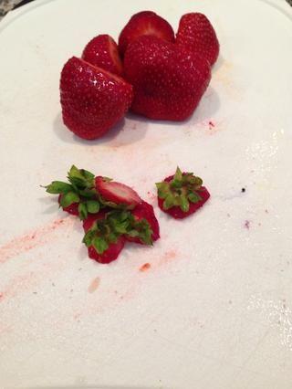 Cortar la parte superior fuera de las fresas y agregarlos a la licuadora ??????