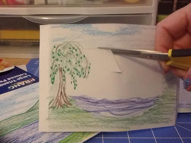 Hacer un pequeño corte en el centro de la zona va a borrar. Siguiente cortar a un borde y alrededor del marco interior. Mantenga las áreas que se extienden en el bastidor como el árbol aquí.