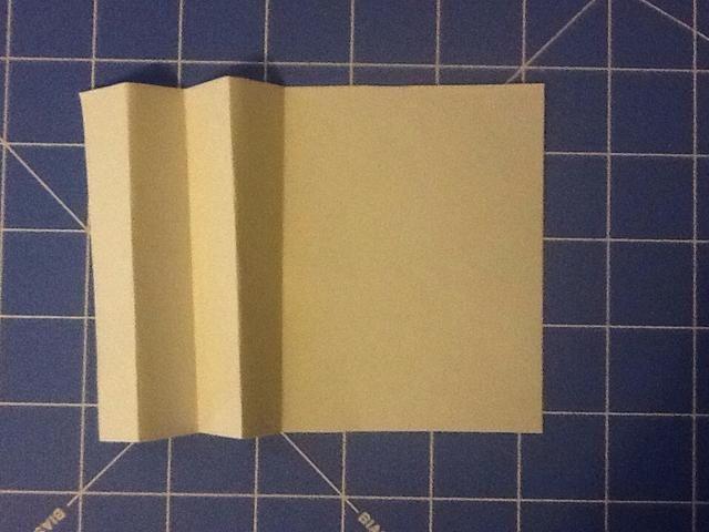 Para crear los bordes de su libro va a crear un pliegue de acordeón con dos pedazos de papel.