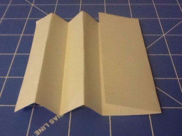 Empecé por doblar el papel por la mitad. Entonces me llevé el borde del papel al redil media y arrugó el papel.