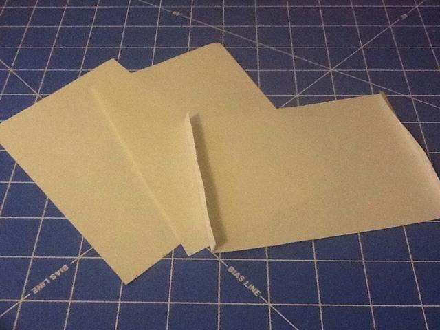 Las tres páginas del libro medias necesitan pequeños pliegues en los bordes para que las páginas se pueden pegar al libro.