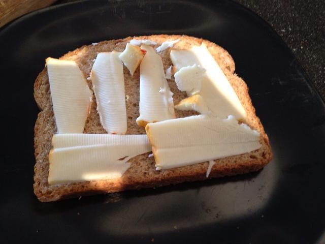 Agregue su queso a una rebanada de pan.