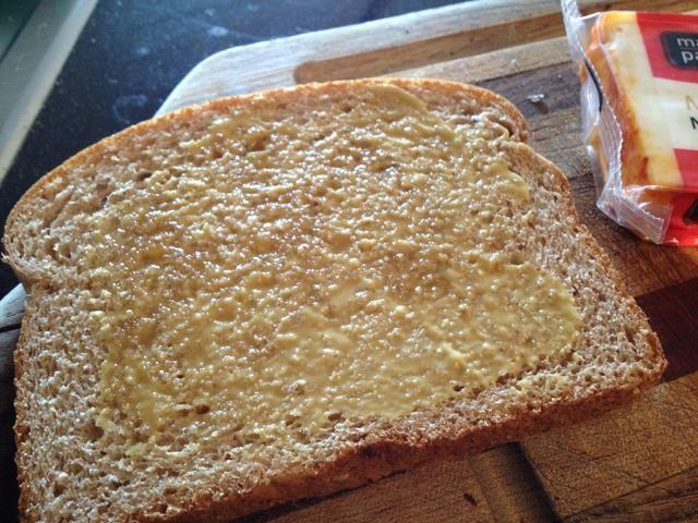 Extienda la mezcla de mostaza y miel en la otra rebanada