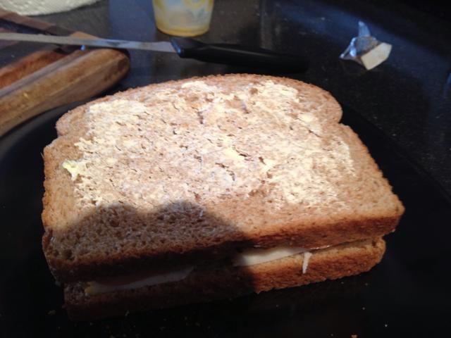 Cierre el lado sándwich y la mantequilla se