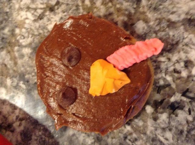 Mientras tanto, hacer que la cara. Yo Tok una galleta y me puse ojos chocolate chip y una formación de hielo pico real.