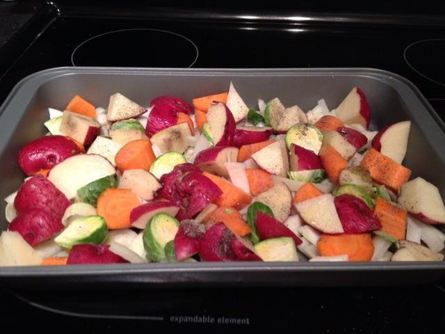 Añadido 3 papas medianas rojizos tamaño, rociados con aceite de oliva y sal y pimienta y un diente de ajo picado. Pop esta en el horno durante 20 minutos.