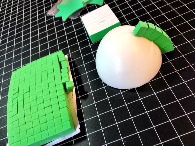Hacer caparazón de tortuga colocando cuadrados de espuma verde de cúpula de plástico.