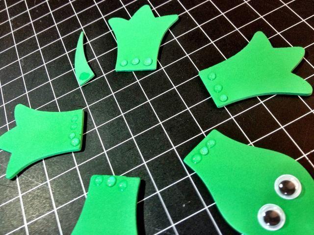 Ponga unas gotas diminutas de pegamento en las piezas, así. Establezca su cáscara en la parte superior de éstos, y presione hacia abajo muy duro, durante unos 30 segundos. usted're done.