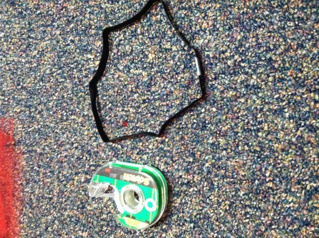 Medir la cantidad de elasticidad necesaria y cinta de juntas. Cortar las piezas de cinta y pegamento juntos para una sujeción más fuerte.