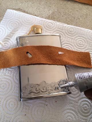 TIPS ... Añadir pegamento en todo el frente y permitir que se convierta en hortera. Esto le ayudará con cuero deslizamiento. También, tener sus tiras de cuero listo y planificar su patrón antes de extenderse el pegamento.
