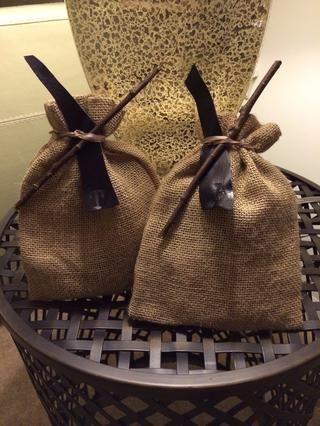 Terminé mis dones con las etiquetas de cuero reutilizables e inserté una ramita al hombre-mis bolsas. Buena suerte y buena para beber - Saludos.