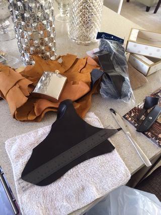Pedí una bolsa de retazos de cuero en línea. También podrás comprar bolsos de cuero en el AC Moore. El cuero es de varios tamaños y de colores para que usted tendrá que medir sus matraz y tiras plan de tamaños en consecuencia.