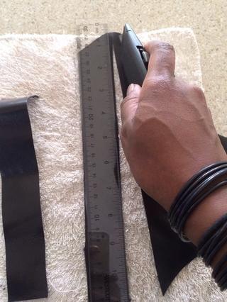 Usa tu cuchillo afilado para cortar a lo largo de la línea marcada. El cuero tiene diferentes grados. Este negro, cuero duro, era fácil de cortar. El (tan) de cuero ligero era suave que hizo que fuera más difícil de manejar y cortar.
