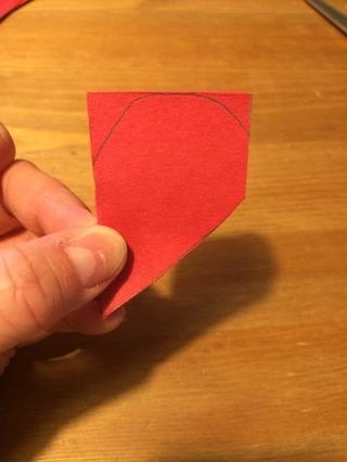 Cortar en el punto inferior del borde derecho del corazón.