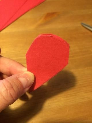 Dejando de un sin cortar cm en el borde derecho, cortar la parte superior del corazón.