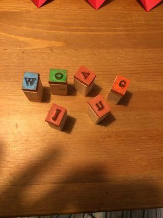 Utilice sellos, marcadores, pegatinas, purpurina, etc. para decorar el día de San Valentín.