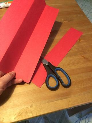 Desdoble el papel y cortar en cuatro tiras, ya sea con unas tijeras o una máquina de cortar papel. Doesn't have to be perfectly straight.