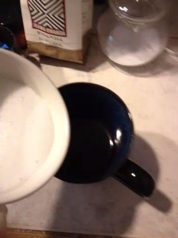 Añadir la leche a su café caliente.