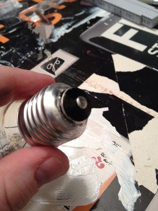 ¡¡Ten mucho cuidado!! Retire la parte suelta. Es un cable en el interior, por lo que usted tiene que tirar un poco difícil, pero no te apriete la bombilla !!!