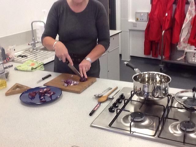 cortar y pelar las cebollas