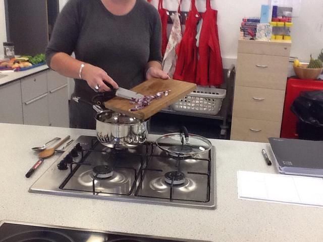 poner la cebolla en la sartén choped souce