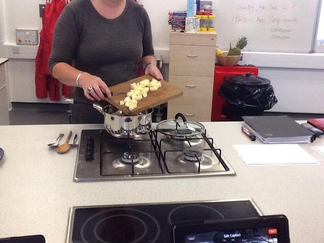 cortar las patatas y ponerlas en la sartén souce