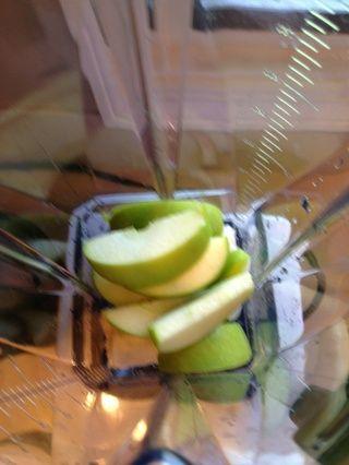 Cortar y añadir la manzana.