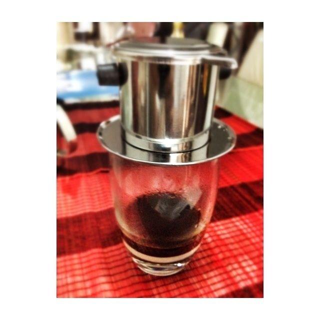 Ahora se puede ver que la caída del café en el vaso poco a poco ... y que esperará a unos 4-6 minutos hasta que la caída de parada de café ...