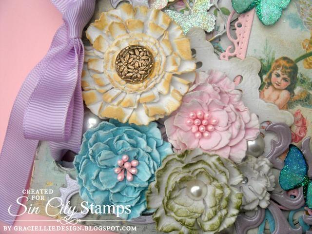 El ramo de flores hechas a mano de la vendimia se añadió en la esquina inferior izquierda, junto con troquelados y perlas.