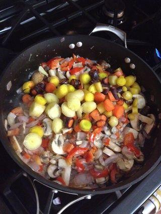 Añadir las zanahorias y luego saltear hasta que las zanahorias son un poco tierno.