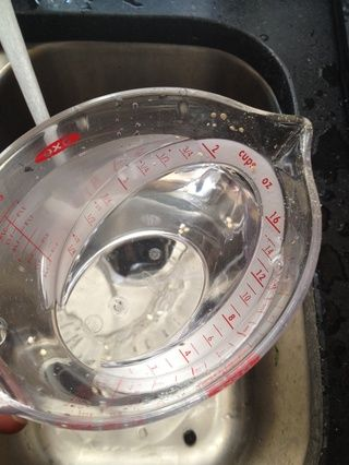 2 tazas de agua verter en la olla arrocera