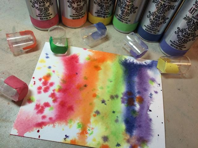 Tomé las boquillas de pulverización de las botellas y usé el otro extremo a tocar en algunos puntos de color a través de la tarjeta.