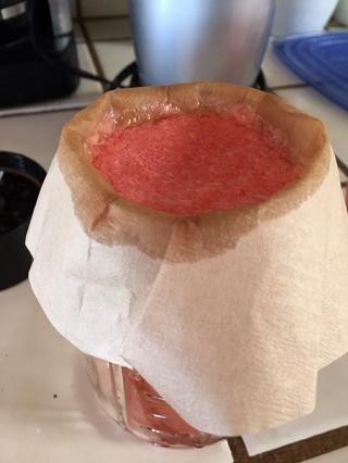 Vierta la sandía licuada en tamiz para filtrar la pulpa. (Yo serví a través de un filtro de café instalado en un frasco de conservas)