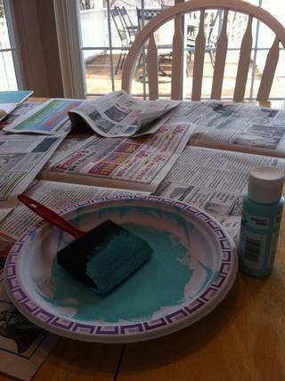 Siguiente es que su pintura de color deseado y un pincel de espuma listo para pintar en su cartulina.