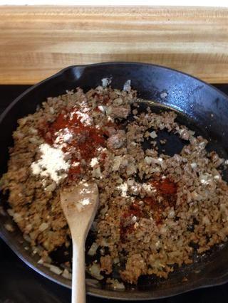 Espolvorear con el chile en polvo y la harina