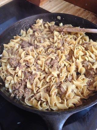 Mezcle los fideos cocinados en la salsa. Hecho y la cena se sirve. Añadir una buena ensalada o algunos palitos de zanahoria a cualquiera de las recetas que don't include veggies.