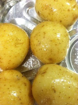 Ahora coloque las patatas en la fuente de horno ... puedes cortarlas o dejarlos tal y como son. im dejándolos en su conjunto. Ahora conseguir que toda la cubierta en aceite y se sazona con sal y pimienta.