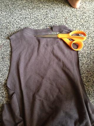 Gire la camiseta por encima y cortar la parte posterior del cuello. SOLO LA PARTE POSTERIOR. Don't cut the front of the collar just yet.