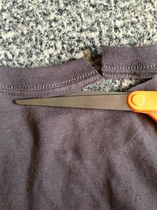 Cortar la parte trasera del cuello justo debajo de donde's originally sewn.