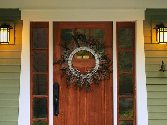 Pollo alambre de la guirnalda de la Navidad en la puerta principal