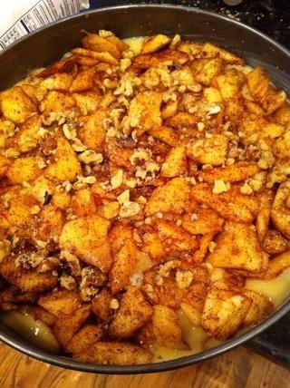 A continuación, vierta 1/2 de las manzanas y nueces en masa, Vierta la última media de la masa en la parte superior de este y luego terminar con el resto de las manzanas y las nueces :)