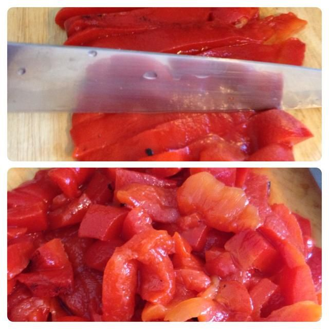 Picar los pimientos rojos asados.