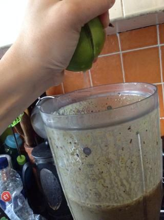 Añada tan su jugo de limón. (YO've just slit the lime, rather than cut it in half just to keep it fresher)