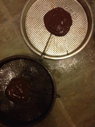 Ponga una cucharada de chocolate en dos moldes para pasteles redondos.