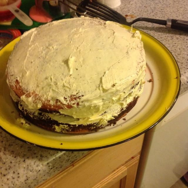 Heladas la parte superior de una torta, y poner la otra torta en la parte superior de la misma.