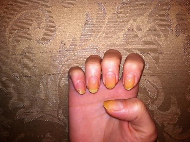 Comience con la capa de base (mis uñas se tiñen de color amarillo de no usar la capa base antes)