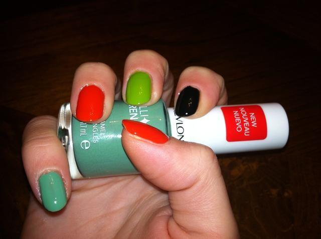 Pinta tus uñas con negro, verde, rojo y el color de su elección como se muestra arriba. Deje que se seque por completo. Sólo hice una capa.