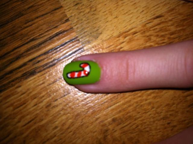Dibuja rayas diagonales en su forma bastón de caramelo con esmalte de uñas rojo. También esbocé éste con uñas negro del arte de la pluma. Puede utilizar un palillo o un lápiz para que si usted no't have a nail art pen